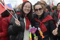 Příjezd čínského prezidenta Si Ťin-pchingem očekávaly 28. března na zámku v Lánech desítky jeho krajanů.