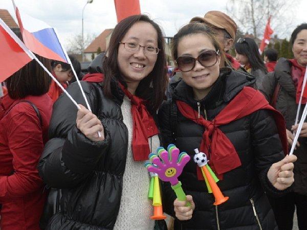Příjezd čínského prezidenta Si Ťin-pchingem očekávaly 28.března na zámku vLánech desítky jeho krajanů.