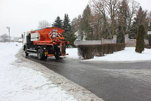 Mrznoucí déšť vytvoří na silnici nbezpečnou ledovku.