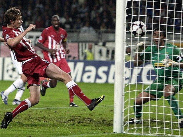 Jaroslav Plašil (v červeném) zajistil svému Girondins Bordeaux bod za remízu 1:1 s Juventusem Turín tímto gólem do sítě Gianluigi Buffona.