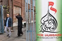 Před mešitou v Londýně najelo auto do lidí.