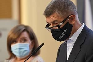Zleva ministryně financí Alena Schillerová a premiér Andrej Babiš vystoupili 27. července 2020 v Praze na tiskové konferenci po jednání vlády.