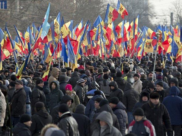 V moldavské metropoli Kišiněv dnes protestovalo na 15.000 lidí proti nové vládě, která teprve ve středu složila přísahu.