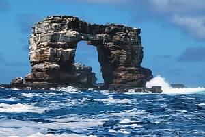 Skalní útvar známý jako Darwinův oblouk u souostroví Galapágy na snímku ze 16. května 2021