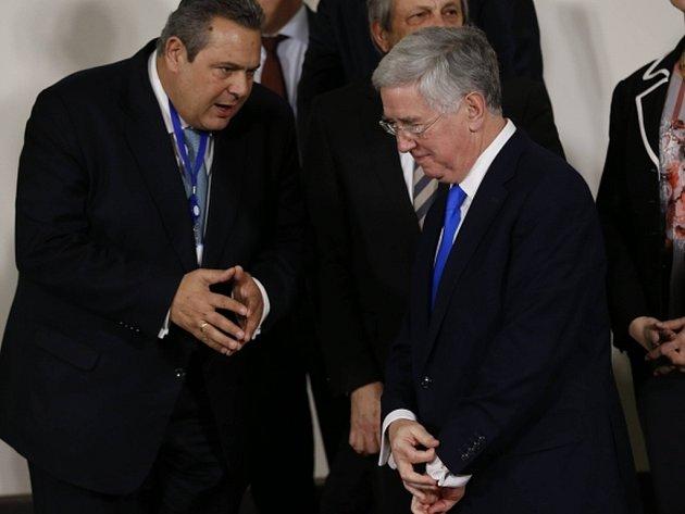 Řecký ministr obrany Panos Kammenos (vlevo) na zasedání šéfů rezortů obrany zemí NATO v Bruselu.