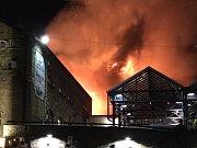 V londýnské čtvrti Camden Down hoří budova