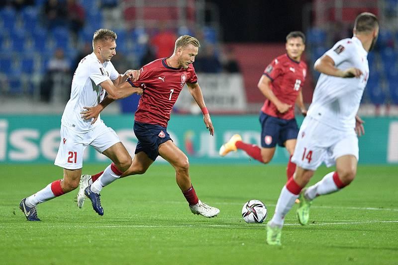 Utkání skupiny E kvalifikace mistrovství světa ve fotbale: Česko - Bělorusko, 2. září 2021 V Ostravě. (zleva) Vladislav Klimovich z Běloruska a Antonín Barák z ČR.