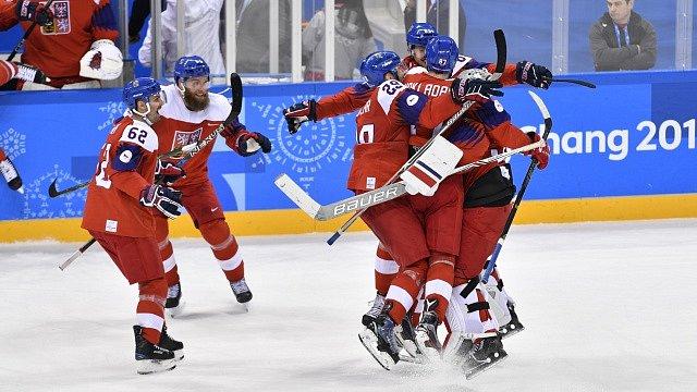Čeští hokejisté se radují z gólu proti USA ve čtvrtfinále olympijského turnaje.