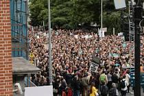 Papežovu návštěvu Irska provázely masové protesty