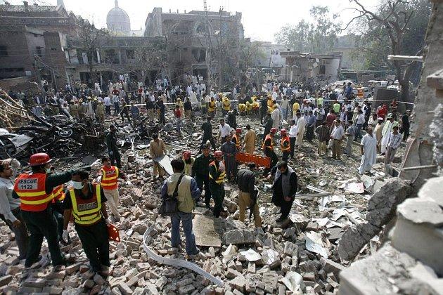 Místo po výbuchu bomby v Láhauru.