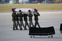 Pietní ceremoniál za zesnulé vojáky na pražském ruzyňském letišti.