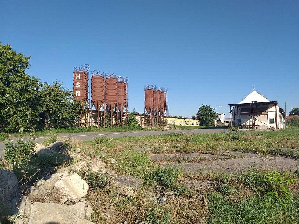 Areál s polorozpadlými kravíny ve vsi Jenštejn severovýchodně od Prahy. O další využití se vedou spory.