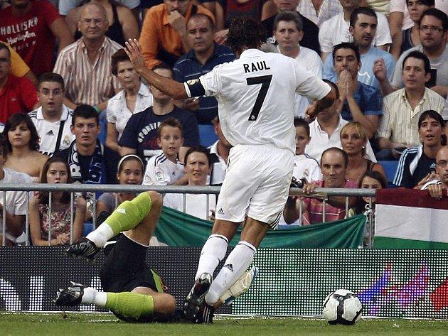 Kapitán Realu Raul (v bílém) je právě faulovaný gólmanem La Coruni Danielem Aranzubiou.