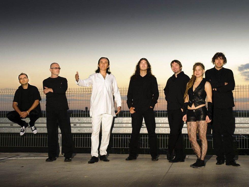 """Schodiště (ex-Nahoru po schodišti dolů band) chystá sérii speciálních vystoupení u příležitosti kulatých narozenin. Šňůra """"30 let na pumpách"""" odstartuje ve čtvrtek 17. října výročním koncertem v pražském Paláci Akropolis."""