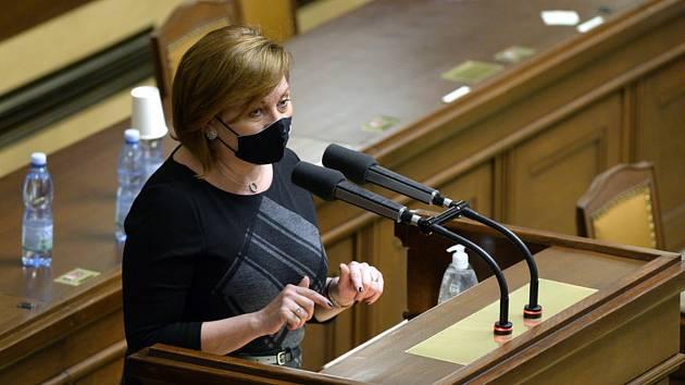 Ministryně financí Alena Schillerová (za ANO) hovoří na schůzi Poslanecké sněmovny