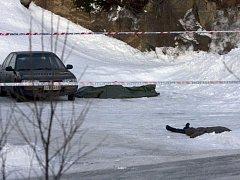 Tělo oběti zakryté plachtou na parkovišti před školou v norském Tromsö.