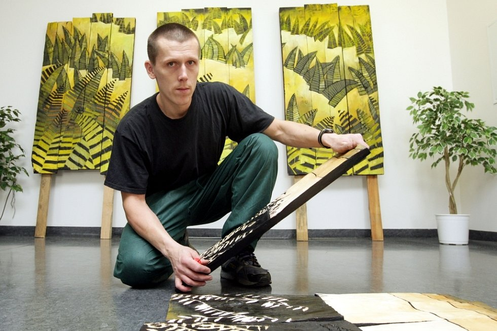 Výtvarník Tomáš Záborec minulý týden sám instaloval svoje obrazy v hradecké Filharmonii na Eliščině nábřeží. Prohlédnout si je můžete do 15. března.