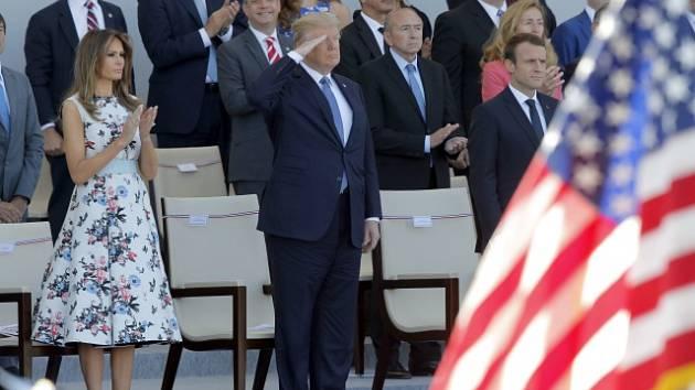 Donald Trump přihlíží vojenské přehlídce na Champs Elysées