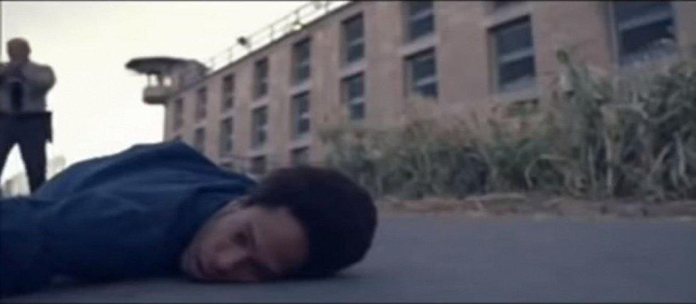 Film Černý srpen končí zabitím George Jacksona na vězeňském dvoře. Střelba ze strážní věže ho zasáhla zezadu do hlavy