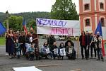 """Obec Valeč v Doupovských horách na Karlovarsku má přibližně tři sta obyvatel. Dvacet místních se sešlo u takzvané """"valečské knihovničky"""" a demonstrovali za odstoupení premiéra Babiše a ministryně spravedlnosti Babišové."""