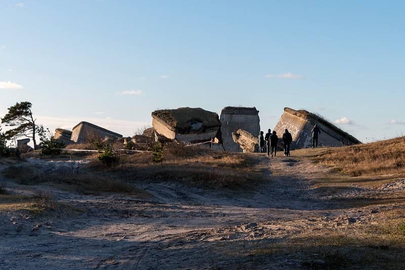Trosky vojenských bunkrů, které dodnes připomínají druhou světovou válku na pobřeží Baltského moře.