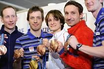 Rychlobruslařka Martina Sáblíková a členové bronzové běžecké štafety (zleva) Lukáš Bauer, Martin Koukal, Jiří Magál a Martin Jakš ukazují olympijské medaile z Vancouveru.