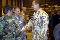 Bývalý náčelník logistiky velitelství sil ISAF v Kábulu plukovník Vladimír Halenka (uprostřed).