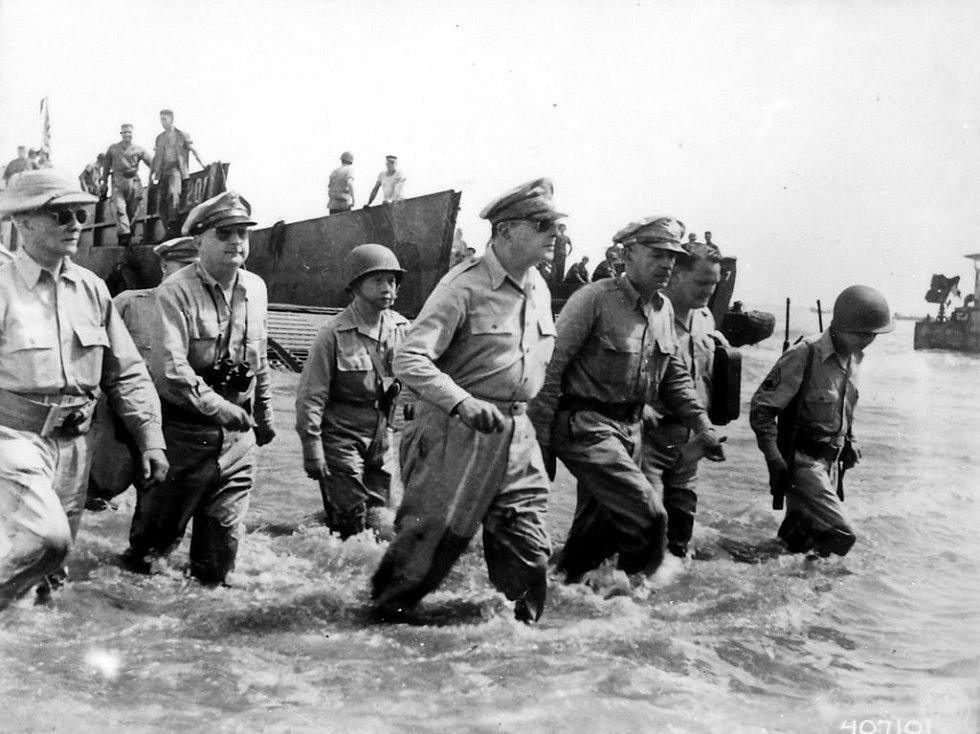 Generál Douglas MacArthur při vylodění na Filipínách