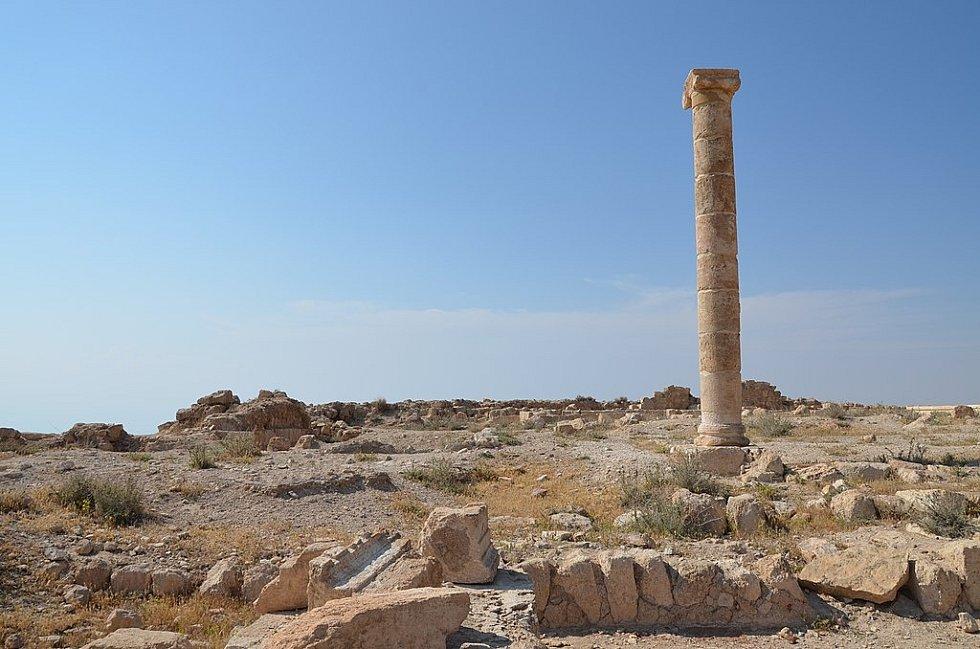 Podle archeologa Gejzy Vöröse se na nádvoří nachází i výklenek, který je zřejmě pozůstatkem Herodova trůnu