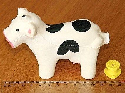 Nebezpečná pískací hračka ve tvaru kravičky.