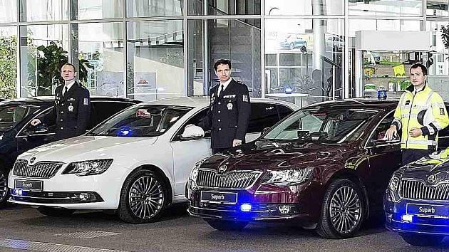 Dopravní policisté mají sedm nových služebních aut Škoda Superb.