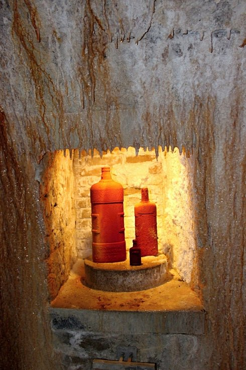 Zkamenělé suvenýry. V podzemí Vřídla zjistíte, jak vznikají pokameněné suvenýry a jak dlouho to trvá.