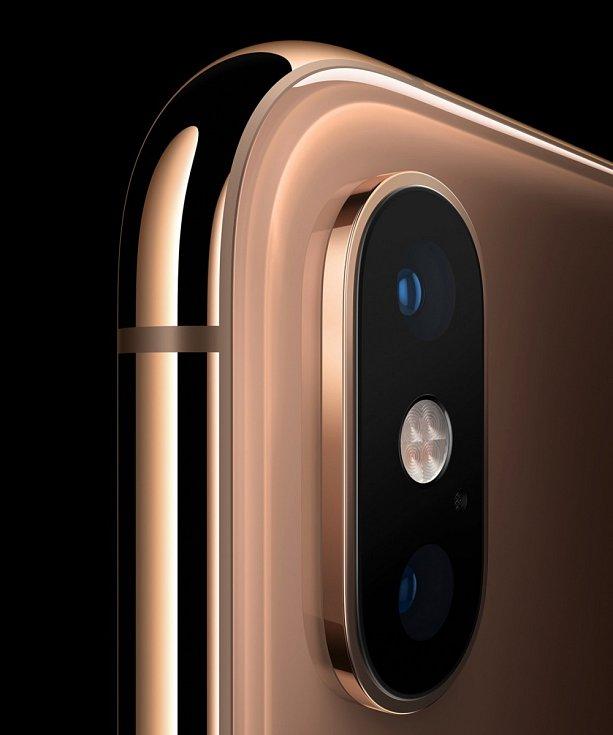 Detail zadního fotoaparátu iPhonu Xs.