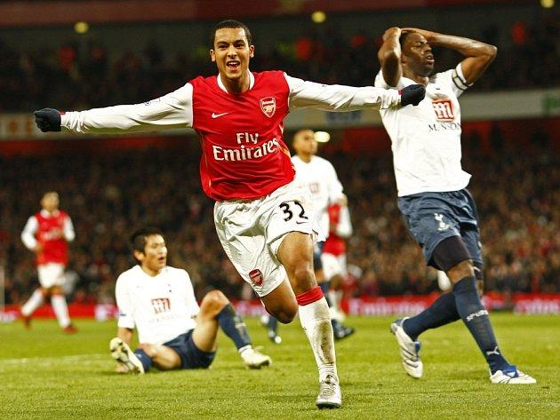 Theo Walcott právě překonal brankáře Tottenhamu Radka Černého v semifinále Ligového poháru.