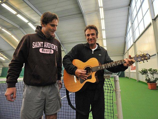 Dva velcí tenisoví kamarádi: Karel Nováček (vlevo) a Mats Wilander.