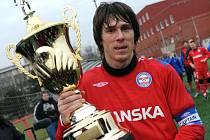 Kapitán Brna Jan Trousil s vítěznou trofejí.