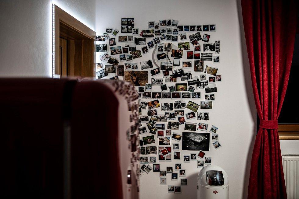 Láska, přátelství a něco navíc v obrázcích (většina jsou Instax fotky). Najdeš hodiny?