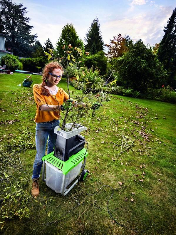 Odřezané větve a ostřihané výhony vám pomůže zpracovat drtič nebo štěpkovač.
