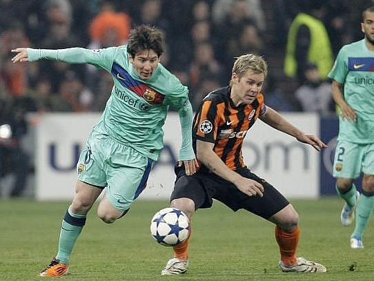 Barcelonský Messi (vlevo) se snaží ve čtvrtfinále Ligy mistrů obejít Tomše Hübschmana z Doněcku.
