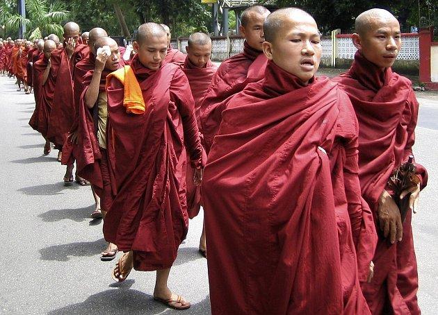 V Barmě pochodují ulicemi tisíce mnichů protestujích proti vládě.