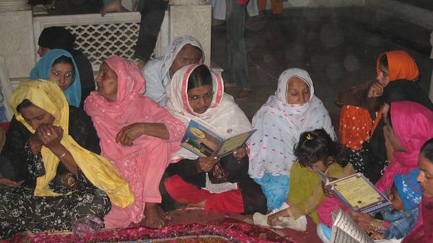 Lidé truchlí u náhrobku zavražděné Benazír Bhuttové.