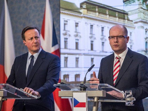 Britský premiér David Cameron dorazil do Strakovy akademie, kde ho přivítal předseda vlády Bohuslav Sobotka (ČSSD).