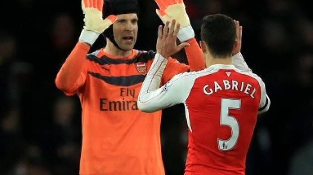 Petr Čech oslavuje vítězství Arsenalu i vlastní rekord