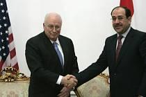 Americký prezident Dick Cheney neplánovaně přiletěl do Bagdádu a jednal s iráckým premiérem Nurí Malíkím.
