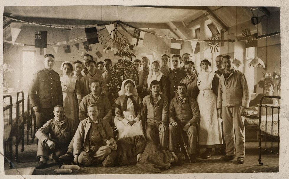 Pacienti a personál 3. obecné nemocnice v britském Sheffieldu slaví v prosinci roku 1916 společně třetí válečné Vánoce