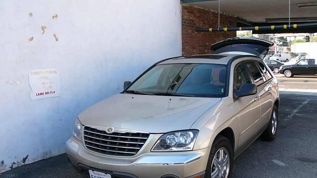 Automobil Chrysler na parkovišti v USA.