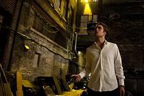 COSMOPOLIS. Cronenbergova obžaloba kapitalismu. Hlavní hrdina Erik žije v přepychové limuzíně, kde jí, pije, souloží a řeší světonázorové otázky (Robert Pattinson). I jeho život ale posléze kulminuje...