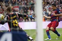 Luis Suarez z Barcelony překonává brankáře Lopeze.