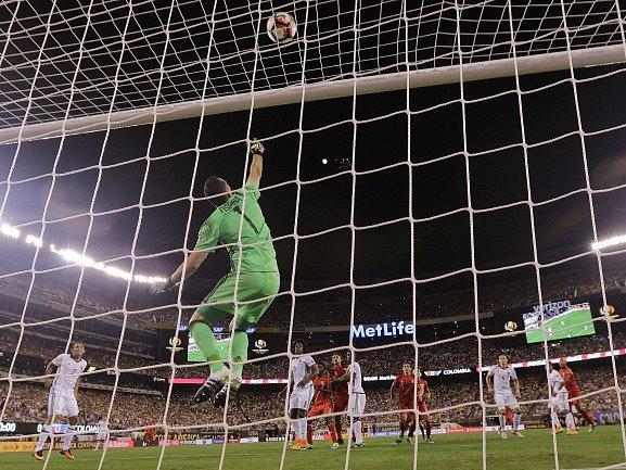 Ospina chytá penaltu Cuevovi.