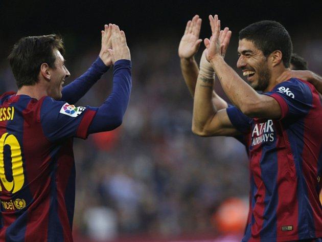 Hvězdy Barcelony Lionel Messi (vpravo) a Luis Suárez se radují z gólu proti Getafe.